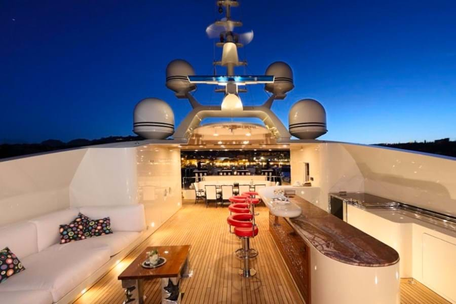 The spacious sun deck